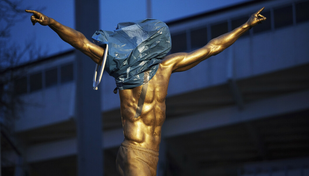 Statuen av fotballspilleren Zlatan Ibrahimovic utenfor Malmö stadion var onsdag delvis dekket av ulike gjenstander. Den ble også sprayet på med maling, og der er skrevet rasistiske meldinger ved foten av statuen. Det vekker sterke følelser i hans hjemby Malmö at Ibrahimovic har kjøpt seg inn i stockholmsklubben Hammarby. Foto: Andreas Hillergren / TT / NTB scanpix