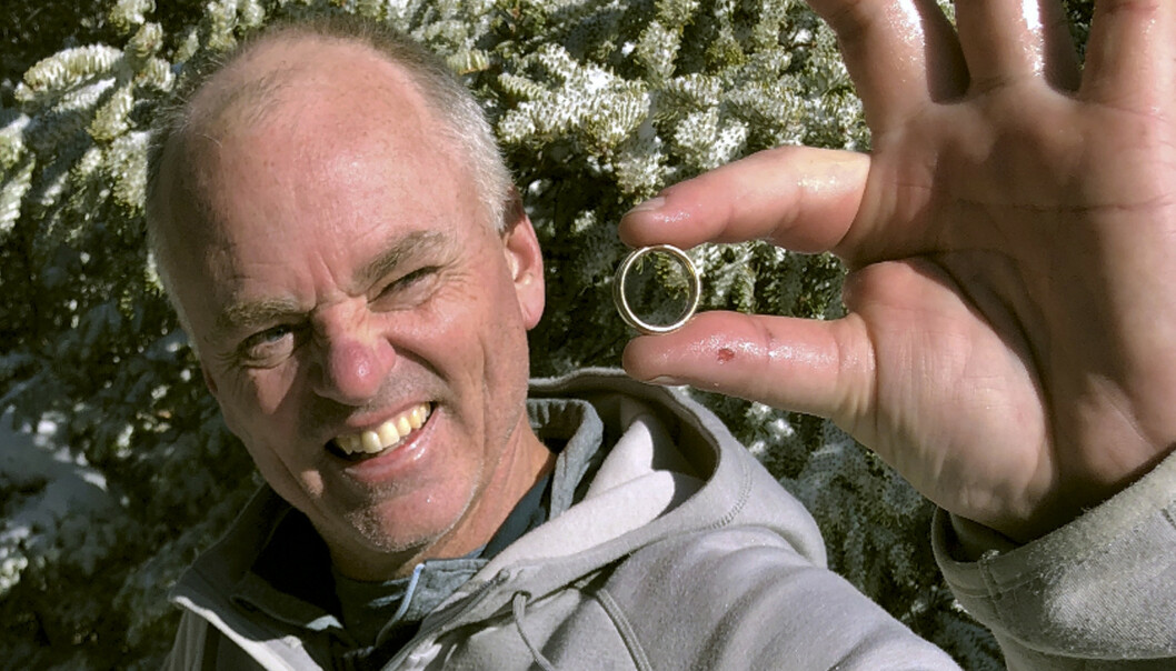 Tom Gately med gifteringen etter å ha gravd den fram fra snøen på Mount Hancock i New Hampshire. Bill Giguere hadde lagt ut en bønn på Facebook om at turgåere i området måtte se etter den, etter at han hadde mistet den på det store fjellet et sted. Foto: Brendan Cheever / AP / NTB scanpix