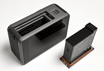 <strong>VANNTETT:</strong> Batteriet har en oransje gummiring rundt. Ser du den, er ikke batteriet skikkelig på plass. Lurt hvis man skal filme for eksempel i regnværet. Da vet du at det er vanntett. Foto: Jamieson Pothecary