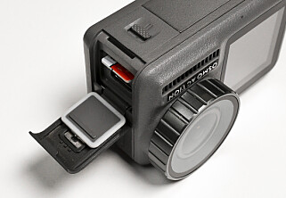 SEPARAT: Minnekortet, USB-C lading og batteriet er adskilt fra hverandre. Det gjør batteri- og minnekortbytte mindre knotete enn med GoPro. Foto: Jamieson Pothecary
