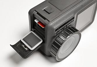 <strong>SEPARAT:</strong> Minnekortet, USB-C lading og <br>batteriet er adskilt fra hverandre. Det gjør batteri- og minnekortbytte mindre knotete <br>enn med GoPro. <br>Foto: Jamieson Pothecary