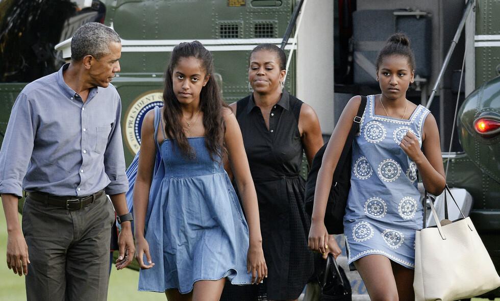OBAMA-FAMILIEN: Barack Obama, kona Michelle og deres to døtre har trukket seg noe tilbake fra rampelyset de siste årene. Det nye familiebildet som Michelle Obama nå har delt, får fansen til å måpe. Foto: NTB Scanpix