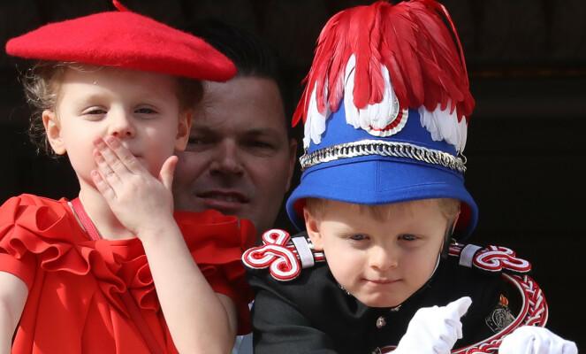 NYE ANTREKK: Prins Albert har tidligere avslørt at barna hadde fått laget nye antrekk til nasjonaldagen. Mens prinsen bar en uniform for første gang, var søsteren ikledd rød kjole og alpelue. Foto: NTB Scanpix
