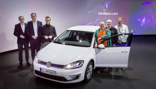 DET FEIRES: Det er grunn til å feire når kunde nummer 100.000 henter sin e-Golf på fabrikken. Foto: VW
