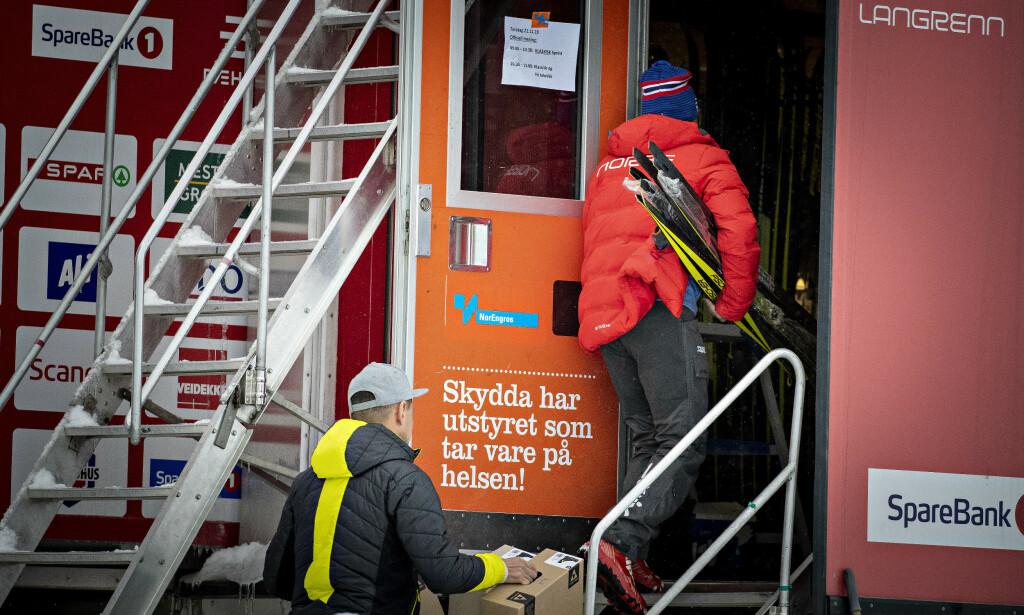 Hektisk aktivitet: Løpere og servicemenn inn og ut av utstyrsbodene under langrennsåpningen på beitostølen sist helg. Foto: Bjørn Langsem