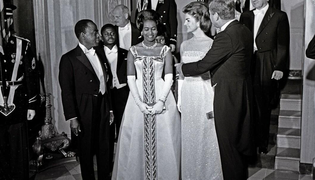 <strong>POPULÆR:</strong> Félix Houphouët-Boigny var en populær mann i Vesten, noe som godt illustreres av dette bildet fra 1962, der han og tas imot av president John F. Kennedy og førstedame Jackie Kennedy i Det hvite hus. Foto: REX / NTB scanpix
