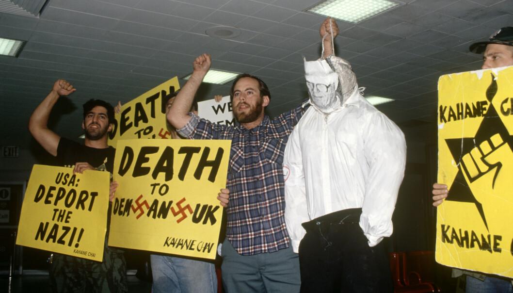 STERKE FØLELSER: At John Demjanjuk ble satt fri i 1993 skapte sterke reaksjoner. Her demonstreres det ved JFK flyplass i New York etter frifinnelsen. Foto: Charles Sykes/REX /NTB Scanpix