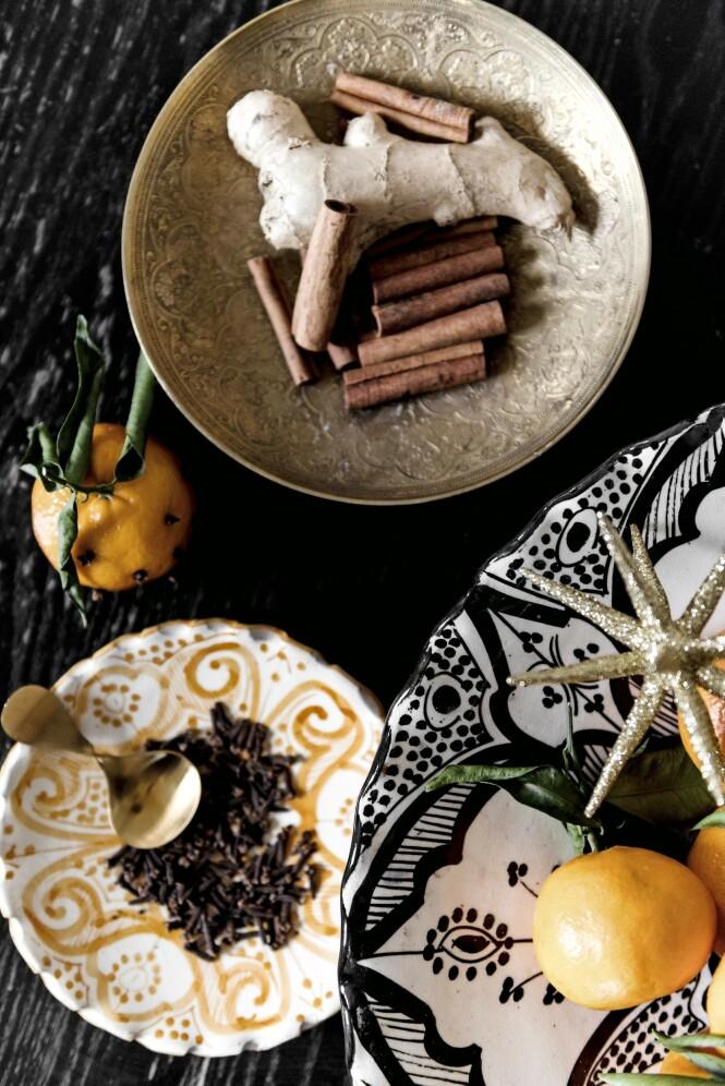 Anitta har lagt fram nelliker, klementiner, kanel og ingefær i fine håndmalte keramikk- og messingskåler. Tips! Duft skaper stemning, så la kanelstenger, nelliker og klementiner ligge framme i stuen. FOTO: Benjamin Lee Rønning Lassen