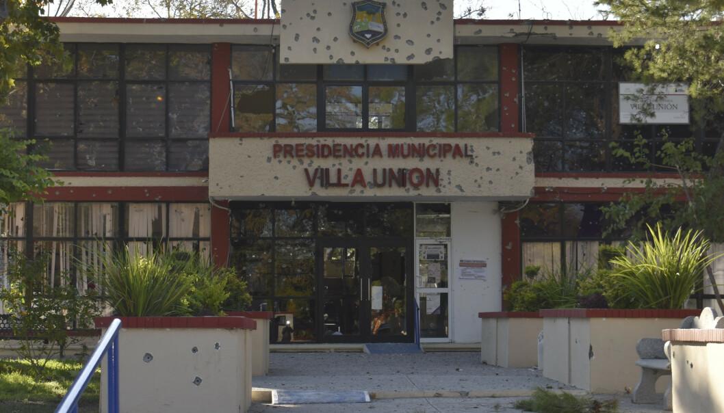 Rådhuset i småbyen Villa Unión ble gjennompepret med kulehull. Foto: AP / NTB scanpix