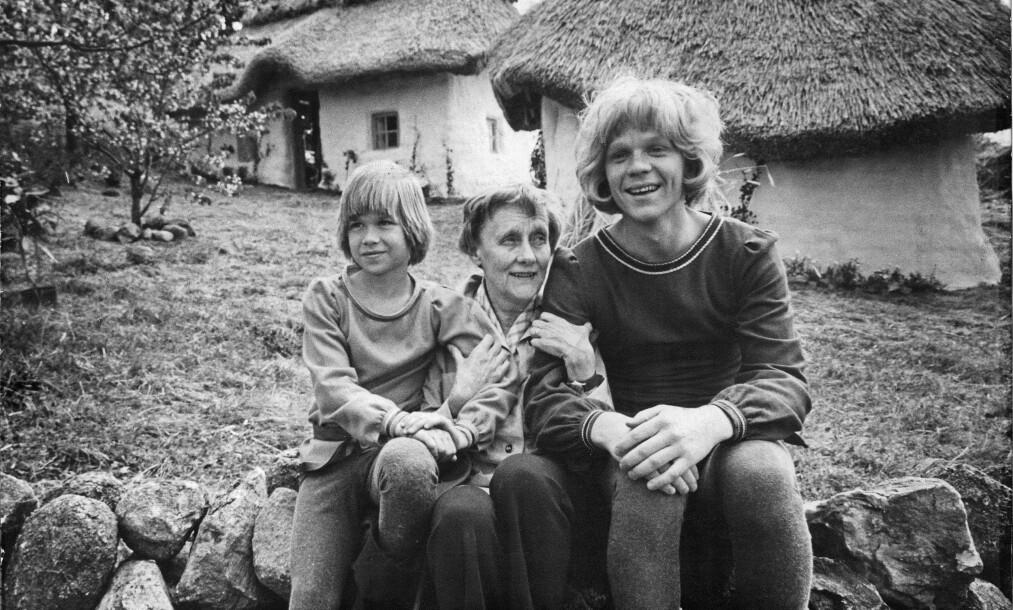 <strong>43 ÅR SIDEN:</strong> Her er Lars Söderdahl (t.v.) i rollen som Karl «Kavring» Løve avbildet sammen med nå avdøde Astrid Lindgren og Staffan Götestam i rollen som Jonatan i 1976 under innspillingen av «Brødrene Løvehjerte». Foto: NTB Scanpix