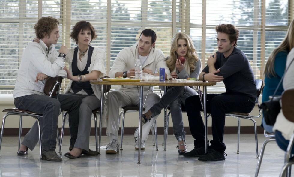 BLIR PAPPA: «Twilight»-stjernen Kellan Lutz (midten) skal bli far for første gang. Her i en scene fra den første filmen i serien, «Twilight - Evighetens kyss», sammen med Jackson Rathbone, Nikki Reed, Ashley Greene og Robert Pattinson. Foto: NTB scanpix