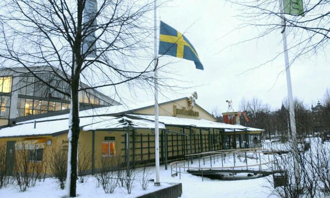 <strong>JUNIBACKEN:</strong> Her er flagget på halv stang utenfor Junibacken i Djurgården i Stockholm etter at nyheten om at Astrid Lindgren var død ble kjent. Foto: Fredrik Sandberg / NTB Scanpix