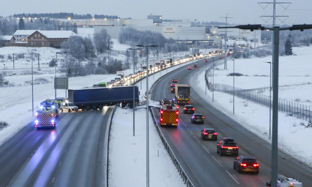 Glatte veier ved Vestby i Akershus tirsdag morgen. En trailer fikk sladd og sperret det ene kjørefeltet. Foto: NYHETSTIPS.NO / NTB scanpix