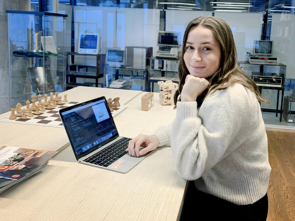 Elena Snellingen går tredje året på Informatikk - digital økonomi og ledelse, ved Universitetet i Oslo. 📸: Privat