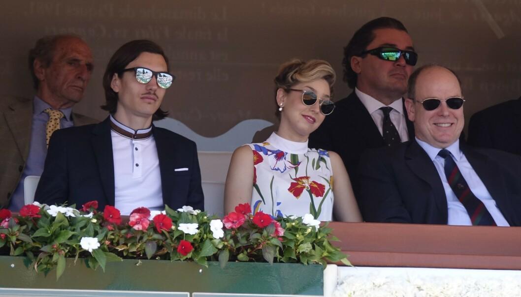 NÆRE BÅND: Jazmin Grace Grimaldi satt mellom faren fyrst Albert og kjæresten Ian Mellencamp under en tenniskamp i Monte Carlo våren 2018. FOTO: NTB scanpix