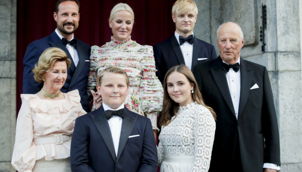 HELE FAMILIEN: Her er prins Sverre Magnus sammen med mor, far, søsken og besteforeldre i forbindelse med prinsesse Ingrid Alexandras konfirmasjon i august i år. Foto: NTB Scanpix