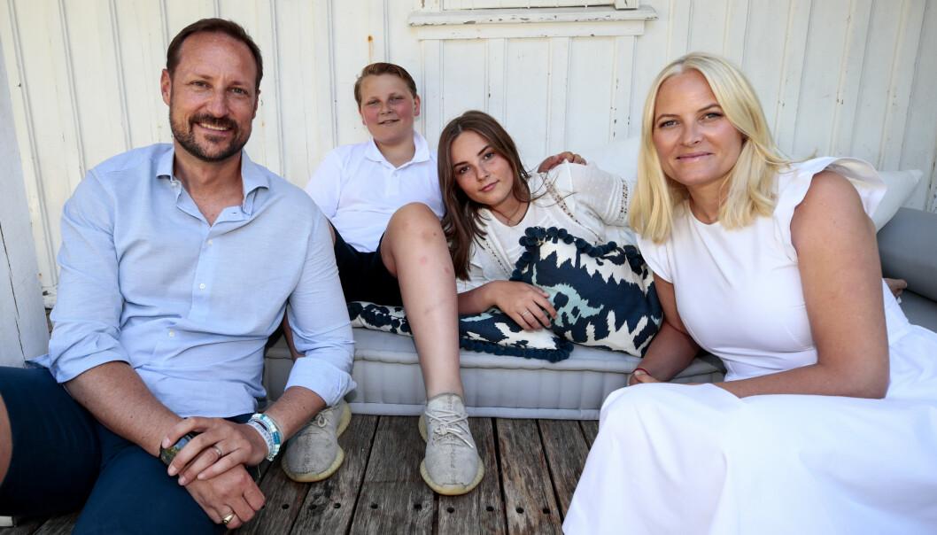 I SOMMER: Kronprins Haakon, kronprinsesse Mette-Marit, prinsesse Ingrid Alexandra og prins Sverre Magnus ferierte på Dvergsøya utenfor Kristiansand i sommer. Foto: Lise Åserud / NTB Scanpix