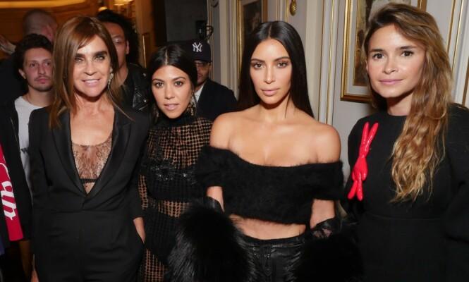 I GODT SELSKAP: Miroslava Duma (t.h.) med stjernesøstrene Kourtney og Kim Kardashian og tidligere Vogue Paris-redaktør Carine Restoin-Roitfeld i 2016. FOTO: NTB scanpix