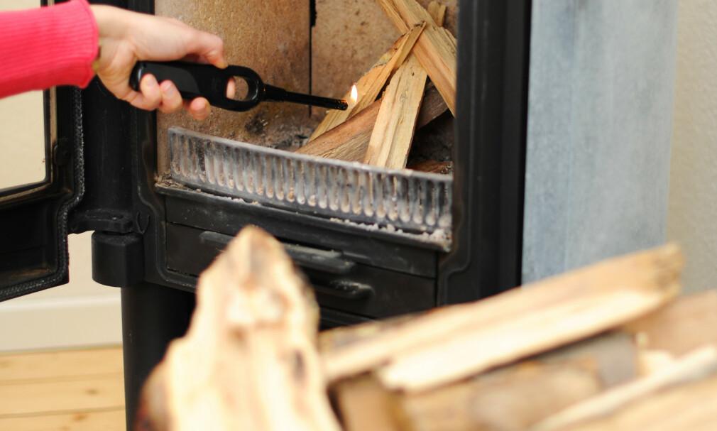 KOSELIG MED PEIS: Et brennende bål i peisen eller vedovnen skaper varme og stemning i boligen. Foto: Frank May/NTB Scanpix.