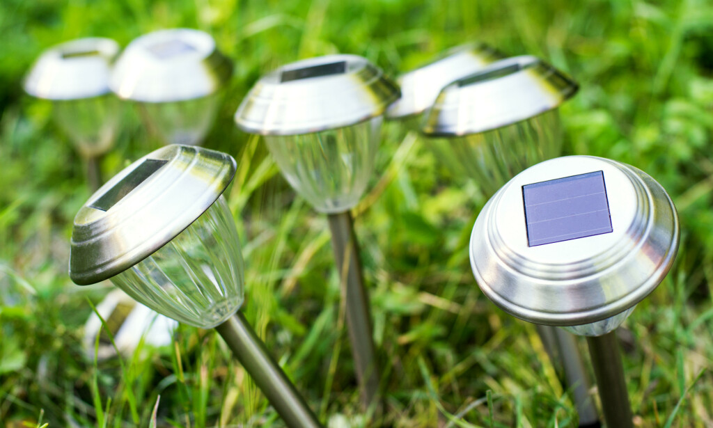 DÅRLIG VALG: Ekspertene mener at det er bortkastet å forsøke å lyse opp hagen med solcellelykter. Foto: NTB Scanpix.