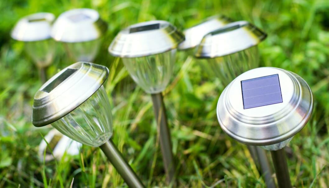<strong>DÅRLIG VALG:</strong> Ekspertene mener at det er bortkastet å forsøke å lyse opp hagen med solcellelykter. Foto: NTB Scanpix.