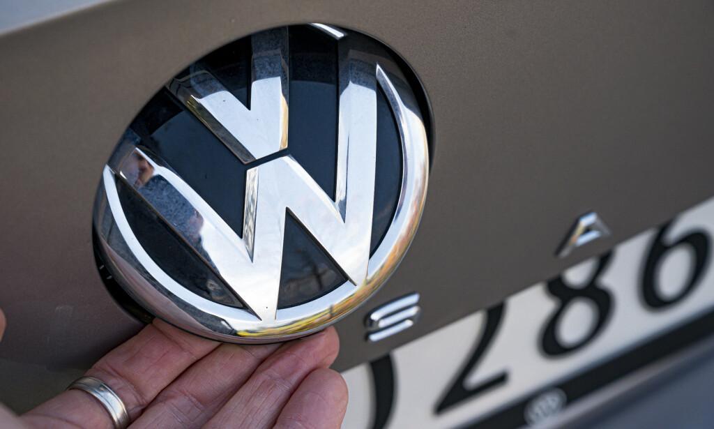 HURRA: Ingen vil legge merke til den nye designen på logoen, men det er rart at ikke alle bilprodusenter har kopiert løsningen med kombinert åpnemekanisme og skjult linsedeksel. Da har man alltid rent kamera. Foto: Jamieson Pothecary