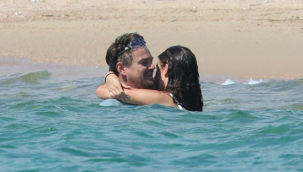 <strong>GOD STEMNING:</strong> Leonardo DiCaprio og Camila Morrone avbildet i strandkanten på ferie i Europa i fjor sommer. Foto: NTB Scanpix
