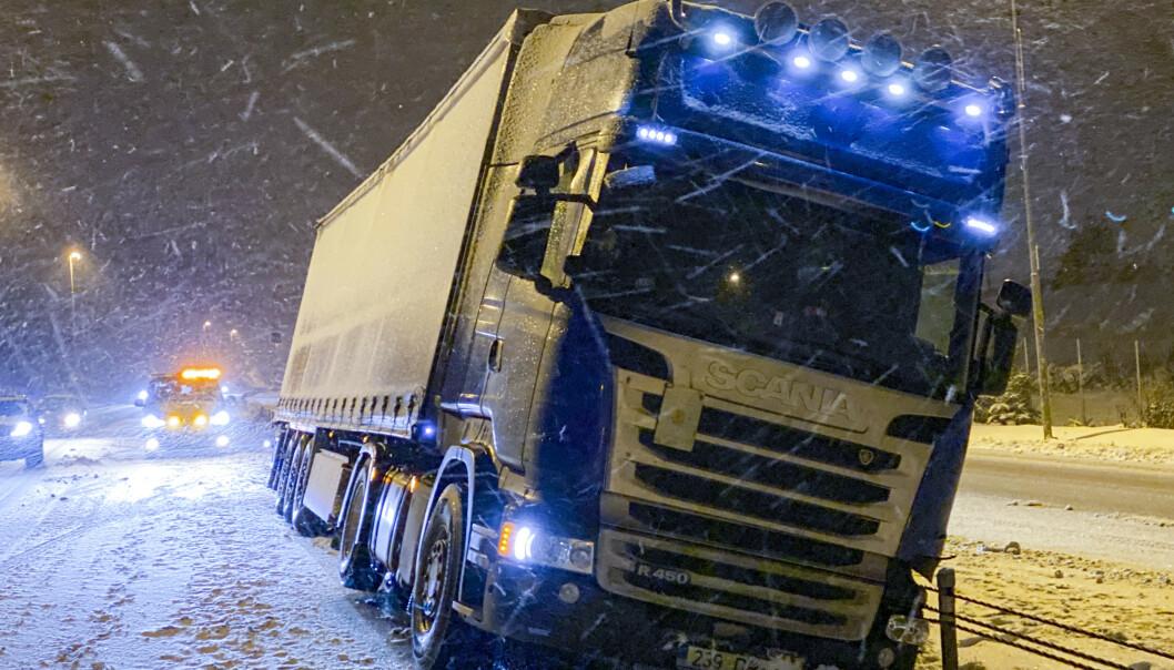 En trailer ble stående i midtrabatten på E18 i Askim torsdag kveld. Snøvær og glatte veier førte til flere uhell i trafikken på Østlandet. Foto: Freddie Larsen / NTB scanpix