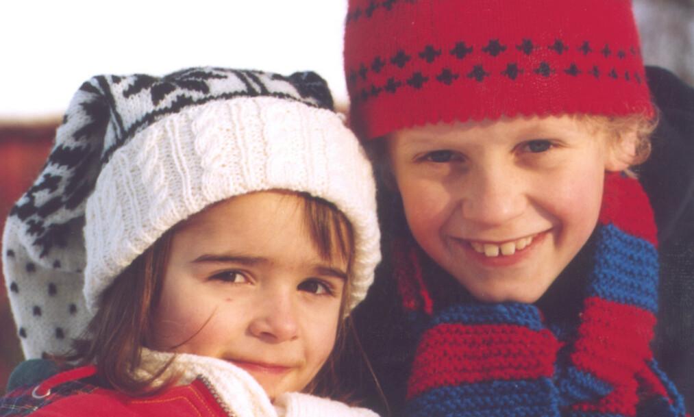 SER DU HVEM GUTTEN ER?: Lars og Lillian er sentrale karakterer i julekalenderen «Jul på Månetoppen». Foto: Anne Liv Ekroll/ NRK