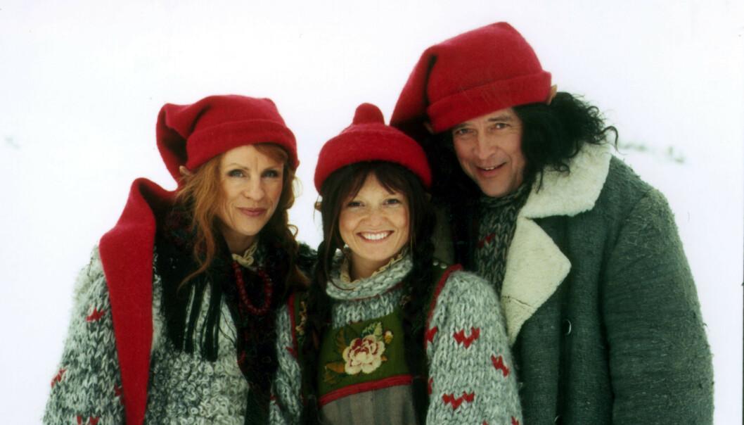 RØDNISSE: Ulrikke Døvigen spilte rødnisse i «Jul på Månetoppen». Her med Liv Bernhoft Osa og Kai Remlov, som spilte Nissemamma og Nissepappa. Foto: Anne Liv Ekroll/ NRK
