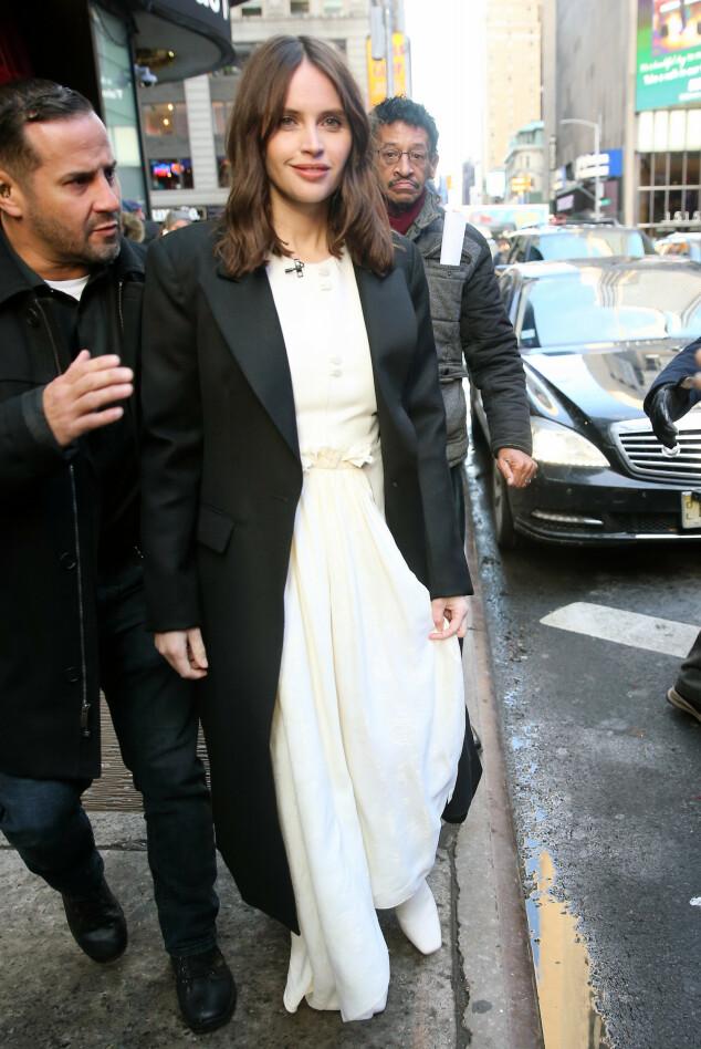 <strong>SKJULTE MAGEN:</strong> Felicity Jones iført en løstsittende, hvit kjole utenfor «Good Morning America»-studioet tirsdag. Foto: NTB scanpix