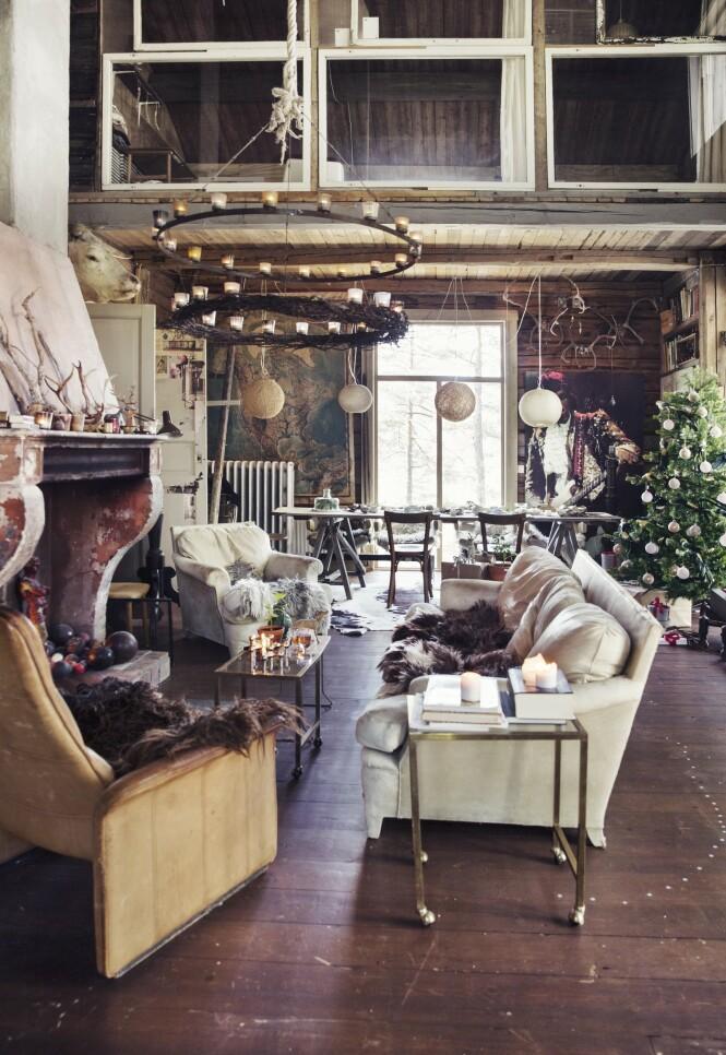 – Vi tenner levende lys, fyrer i peisen og har et svært juletre i stuen, forteller Ingvild om hvordan familien pynter til jul. FOTO: Yvonne Wilhelmsen