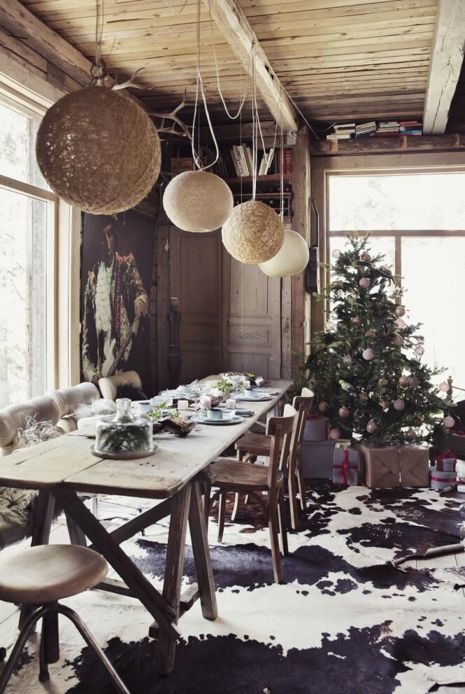 Holdbare materialer er viktig for familien, og de synes møblene blir enda vakrere med noen bruksmerker. – Jeg tror at en skrape her og der gjør at vi slapper mer av og at vi bruker møblene på en friere måte, sier Ingvild. FOTO: Yvonne Wilhelmsen