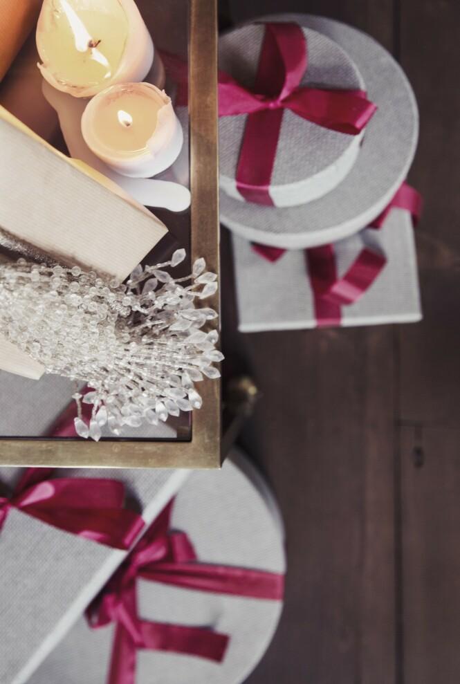 Runde og firkantede gaveesker fra Ikea. Tips! Gaveesker er perfekte både som pynt og innpakning. Og så kan de brukes igjen og igjen. FOTO: Yvonne Wilhelmsen