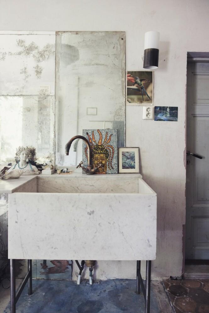 Det er lett å se at møbler og dekor ikke er kjøpt hos store varehus, for her har hver   gjenstand sitt helt unike preg. FOTO: Yvonne Wilhelmsen