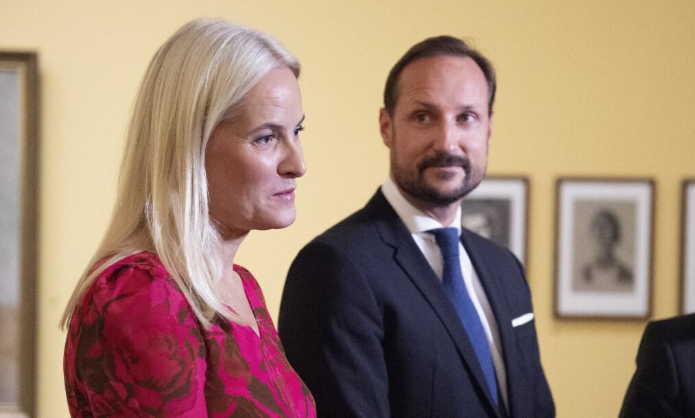 SVARER: Saken om at kronprinsesse Mette-Marit angivelig ikke visste at Jeffrey Epstein, som hun møtte flere ganger i perioden 2011 til 2013, ikke var dømt for overgrep, har vekket oppsikt. Nå svarer kronprins Haakon på spørsmål om møtene. Foto: NTB scanpix