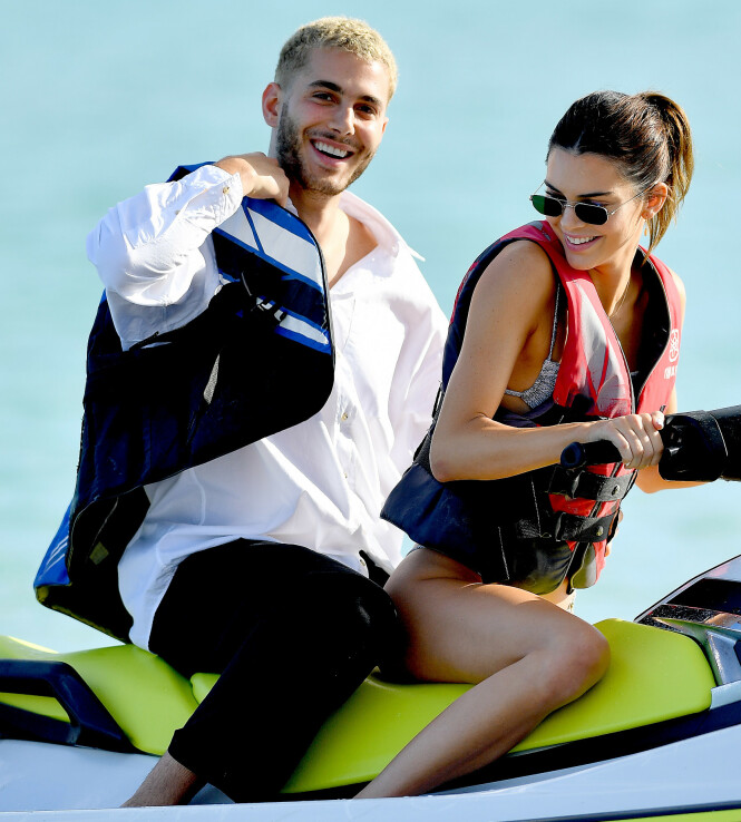 <strong>GODE VENNER:</strong> Kendall og Fai koste seg på samme vannscooter tidligere denne uken. Foto: NTB Scanpix