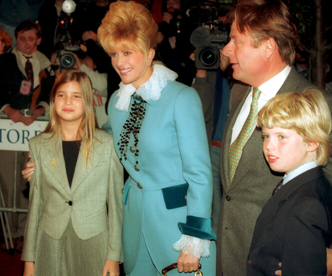 MOR OG BARN: Ivana Trump er mor til tre av Donald Trumps barn: Eric, Ivanka og Donald Trump jr. Her er de to førstnevnte avbildet sammen med moren i 1993. Foto: NTB Scanpix