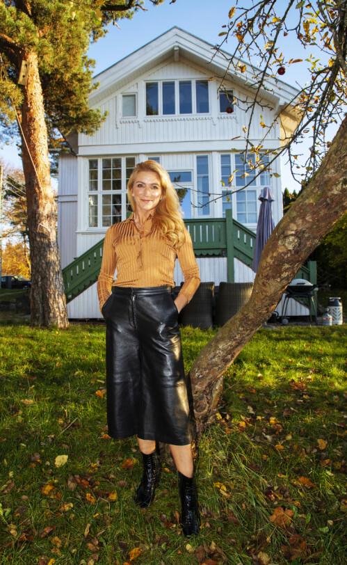 GIKK PÅ EN SMELL: - Jeg gikk høygravid og var så begeistret for huset at jeg ikke sjekket grundig nok, sier Karianne foran familiens fredede Villa Elverhøi på Ekeberg i Oslo. Foto: Morten Eik / Se og Hør