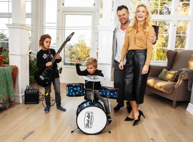 HUSBAND: - Musikken holder mus og rotter unna, fleiper Karianne og ektemannen Tormod, mens barna Viktor (7) og Jeppe (4) holder trøkket oppe. Foto: Morten Eik / Se og Hør