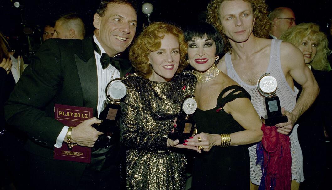 VANT PRIS: I 1993 vant Ron Leibman en pris for beste skuespiller i sin rolle som Roy Cohn i filmen «Angels in America: Millennium Approaches». Her avbildet med Madeline Kahn, Chita Rivera og Brent Carver. Foto: NTB Scanpix