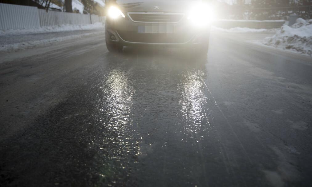 Det er såpeglatte veier flere steder på Øst- og Sørlandet lørdag. – Kjør forsiktig og senk farten, lyder oppfordringen fra Vegtrafikksentralen. Illustrasjonsfoto: Terje Pedersen / NTB scanpix.
