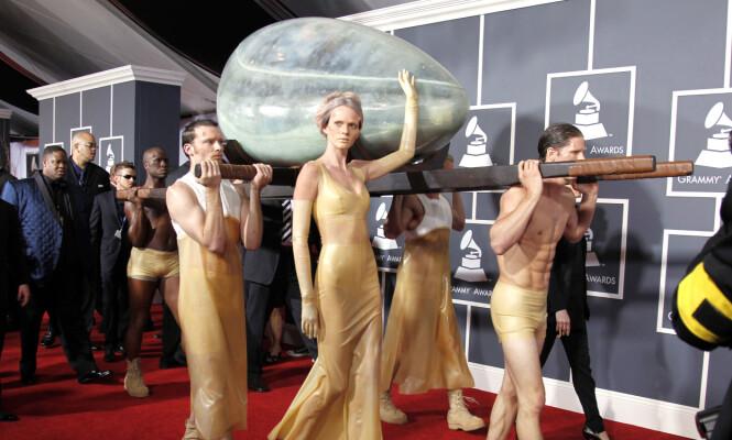 SJOKKERTE: Lady Gaga fikk stor oppmerksomhet da hun ankom den røde løperen i en «kunstig livmor». Foto: NTB scanpix