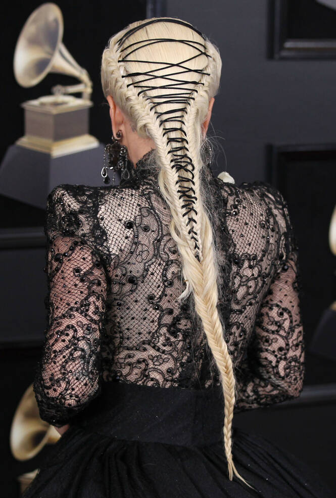 KORSETT: Popstjernens hårfrisyre under Grammy-utdelingen i 2018 var inspirert av Viktoratiden. Foto: NTB Scanpix