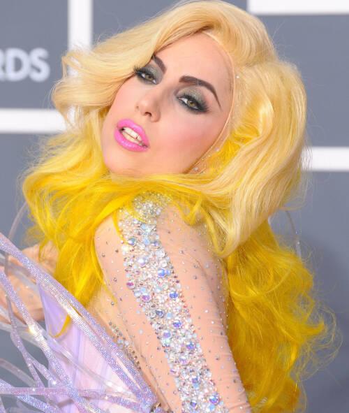 SPREK FARGE: Under Grammy-utdelingen i 2010, dukket Lady Gaga opp med en parykk i en sterk gulfarge. Foto: NTB Scanpix
