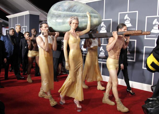 <strong>SJOKKERTE:</strong> Lady Gaga fikk stor oppmerksomhet da hun ankom den røde løperen i en «kunstig livmor». Foto: NTB scanpix