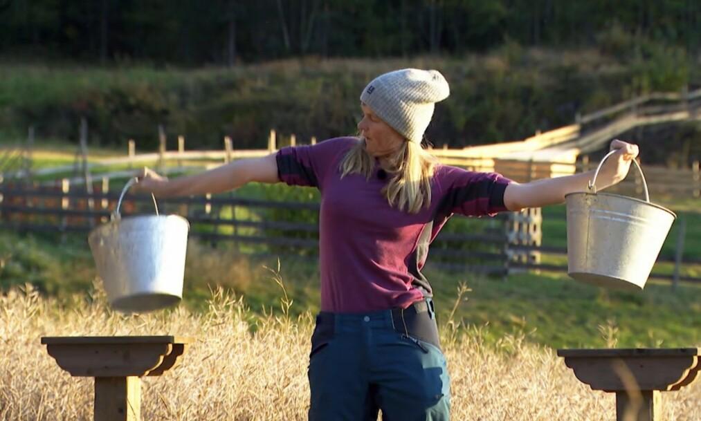 UTE AV «FARMEN»: En ryktig i armen sto potensielt mellom Agna Hollekve (47) og en finaleplass i «Farmen». Foto: Skjermdump/TV 2