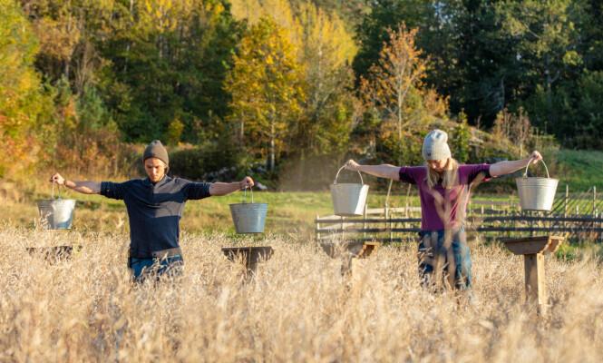 NÆRE VENNER: Erik Rotihaug (24) og Agna Hollekve (47) utviklet et tett vennskap på gården. Foto: Alex Iversen / TV 2