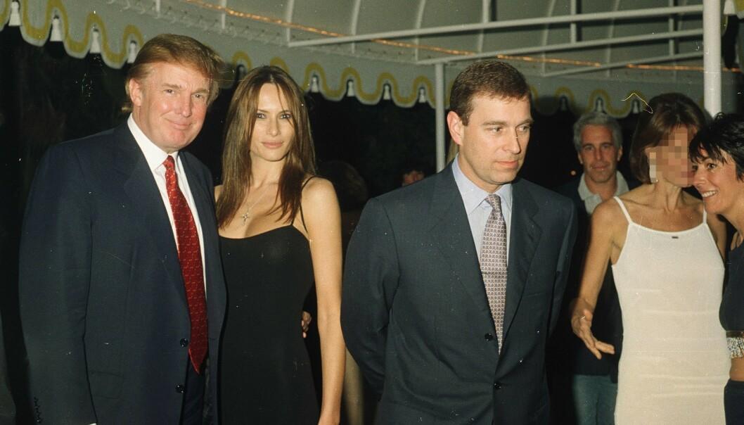 MØTTES: Tirsdag sa Donald Trump at han ikke kjenner prins Andrew. Her var prins Andrew æresgjest på Trumps Mar-a-Lago Club i Palm Beach i 2000. Jeffrey Epstein var også til stede. Foto: Mirrorpix / MEGA/NTB scanpix