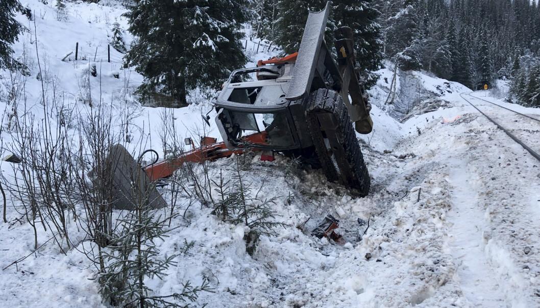 <strong>UNDERSØKELSER:</strong> Statens havarikommisjon for transport var søndag ettermiddag på ulykkesstedet i Rana der et tog kjørte på en gravemaskin. Foto: Bane NOR / NTB scanpix